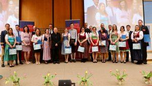 Die Absolventen mit Bischof Klaus Küng